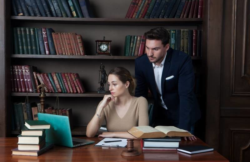 考える女性弁護士