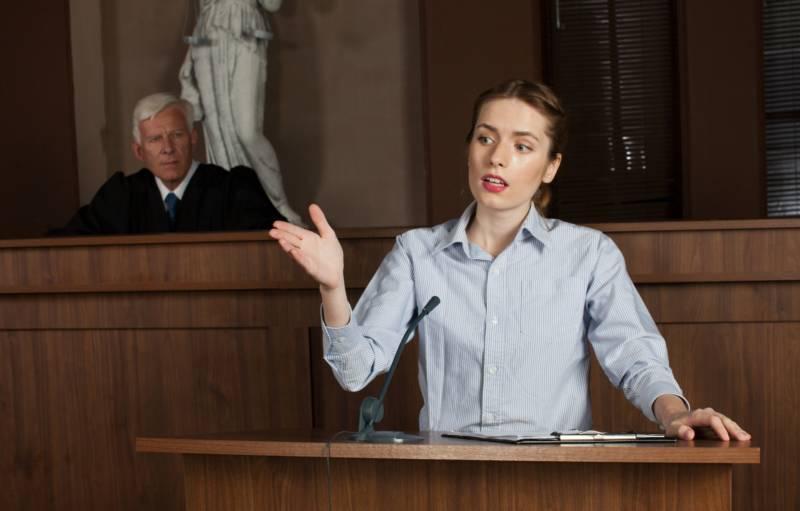 反論する女性弁護士